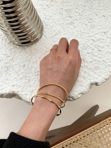 Fashionable gold bracelet